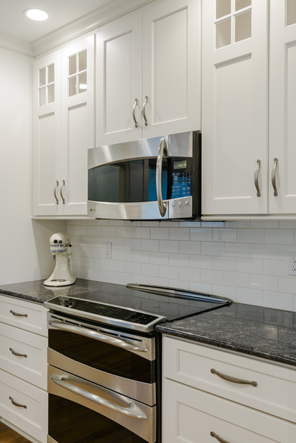 Image of: Silver Pearl Granite with White Cabinets