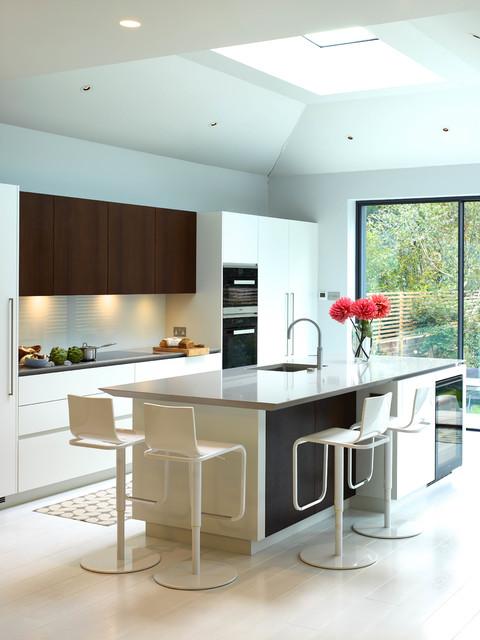 Idéer för stora funkis parallellkök, med en undermonterad diskho, släta luckor, vita skåp, en köksö, vitt stänkskydd, rostfria vitvaror och klinkergolv i keramik