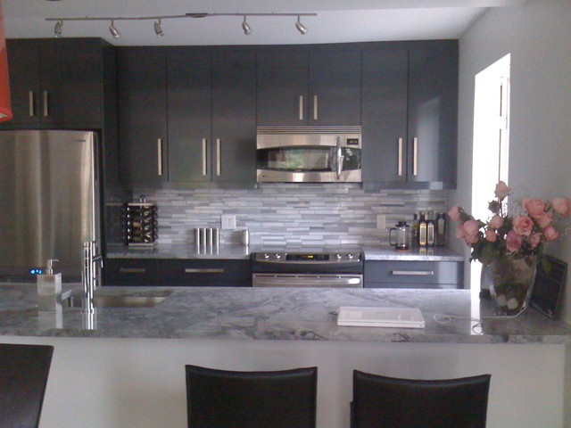 Grey kitchen with granite coutertop - Wandspiegel groay modern ...