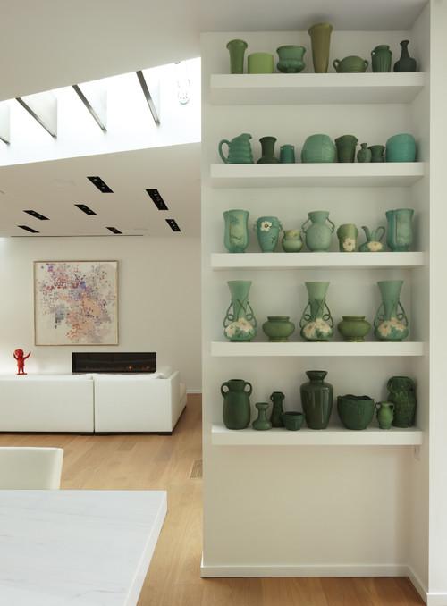 jarrones verdes en un estante alto