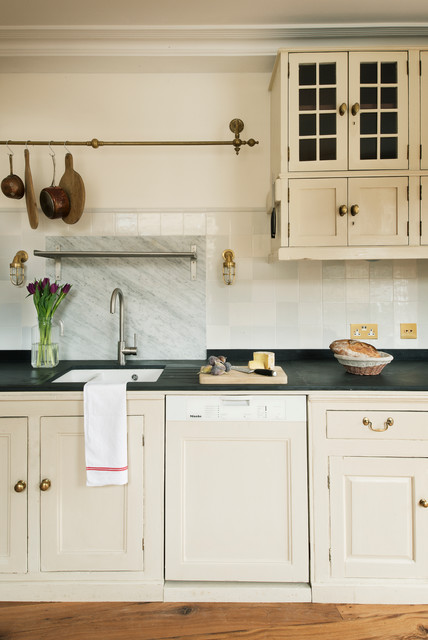 Colors That Enhance Cream Kitchen Cabinets, Cream Kitchen Cupboards White Tiles