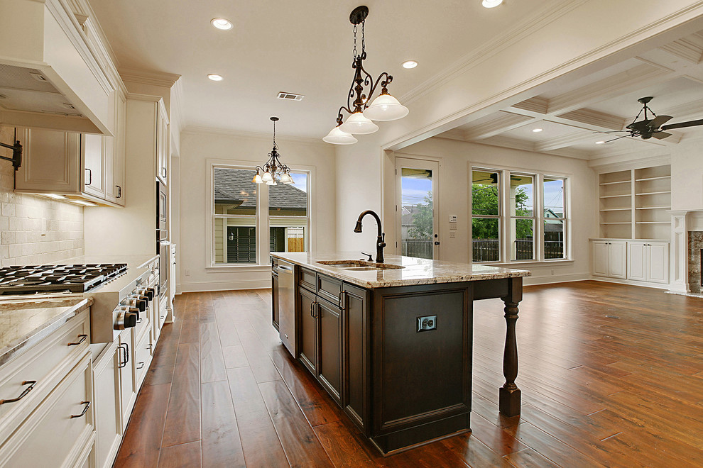 Kitchen - traditional kitchen idea in New Orleans