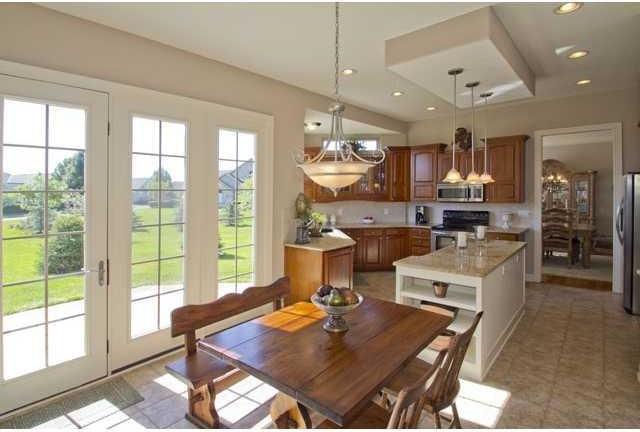Kitchen - traditional kitchen idea in Columbus