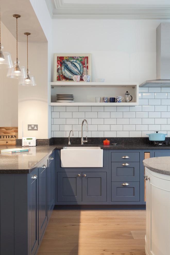Esempio di una cucina design di medie dimensioni con lavello stile country, ante a filo, ante blu, top in granito, paraspruzzi bianco e paraspruzzi con piastrelle diamantate