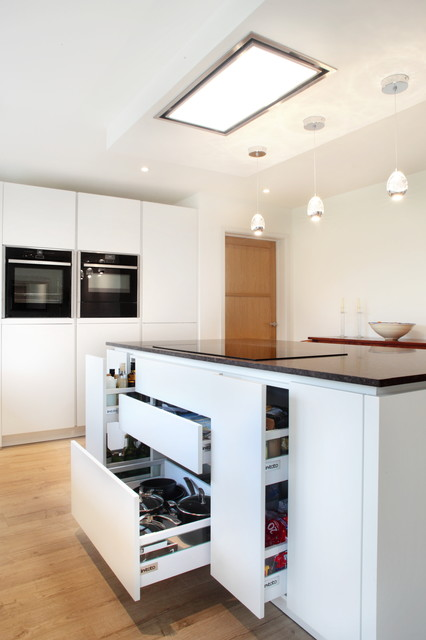Small White Handleless Kitchen Modern Kitchen photo - 8