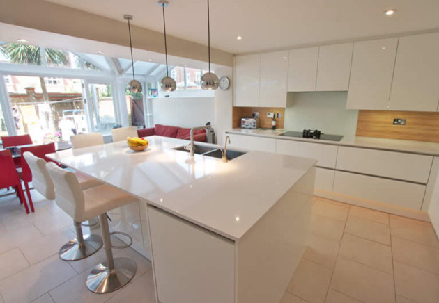 Handleless white kitchen island modern kitchen - White kitchen ideas that work ...