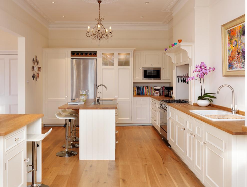 Kitchen - traditional kitchen idea in London
