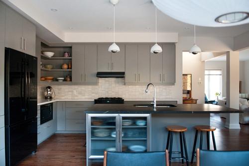 γκρι σκούρα ντουλάπια κουζίνας, πλάτη κουζίνας λευκό πλακάκι