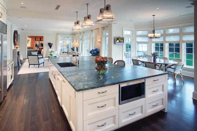 Hi tech kitchen with large island for Huge kitchen designs