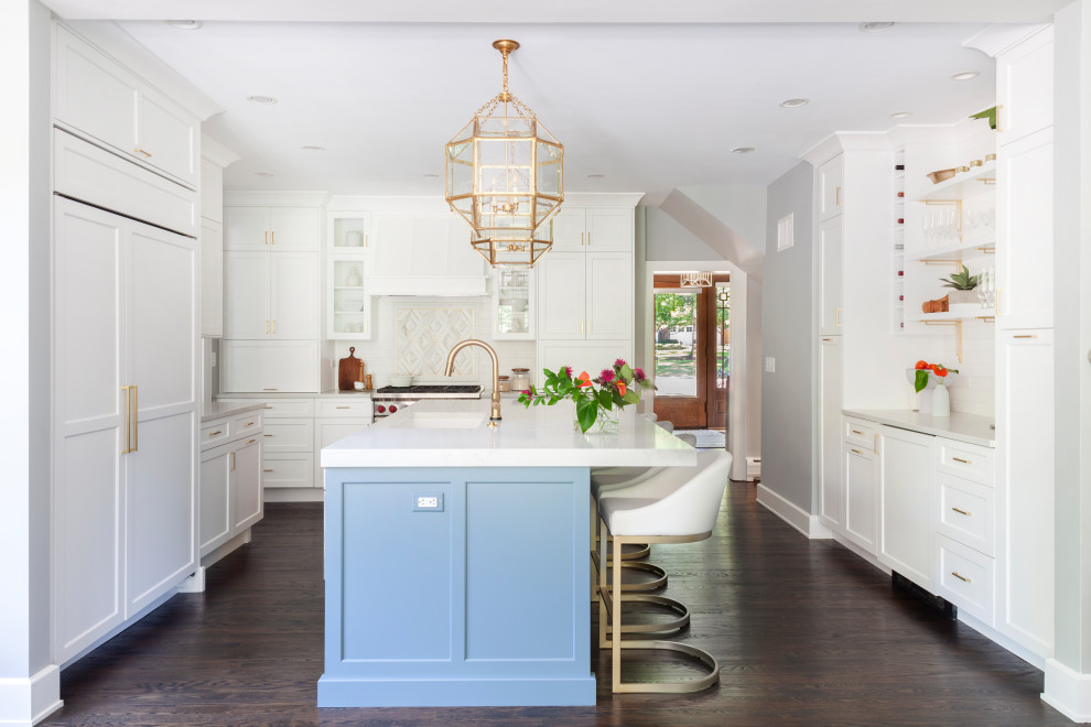 Example of a large transitional u-shaped dark wood floor and brown floor eat-in kitchen design in Chicago with an undermount sink, shaker cabinets, white cabinets, quartz countertops, white backsplash, marble backsplash, stainless steel appliances, an island and white countertops