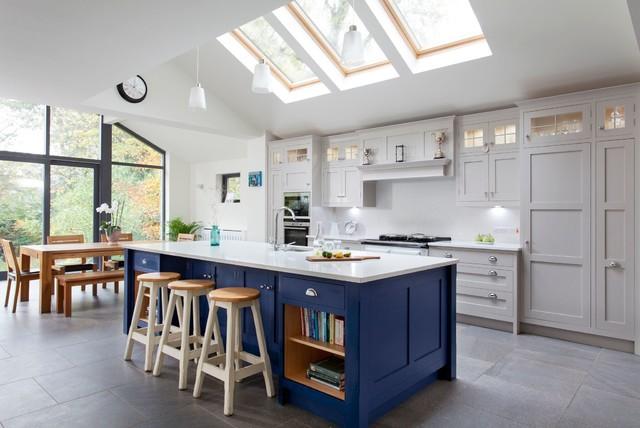 Inspiration för ett lantligt kök, med en undermonterad diskho, skåp i shakerstil, en köksö, grå skåp och integrerade vitvaror