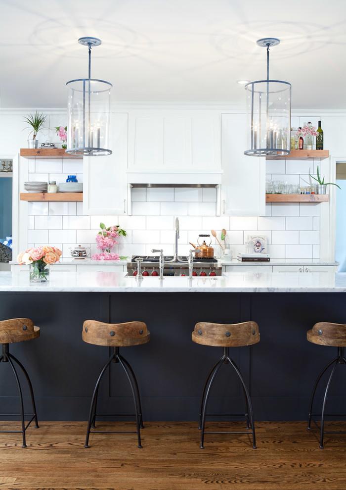 ボルチモアのトランジショナルスタイルのおしゃれなキッチン (シェーカースタイル扉のキャビネット、白いキャビネット、大理石カウンター、白いキッチンパネル、サブウェイタイルのキッチンパネル、シルバーの調理設備、無垢フローリング) の写真
