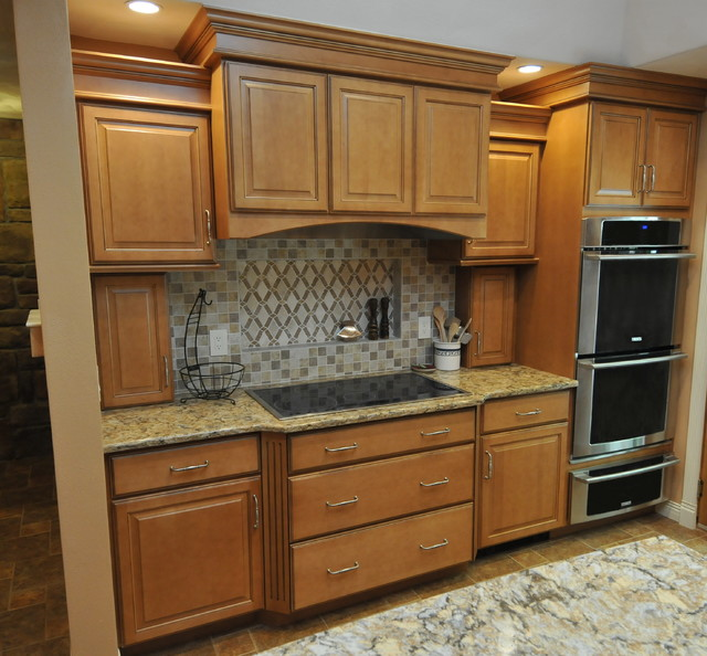 Maple Cabinets In Traditional Kitchen: Honey Maple Glaze
