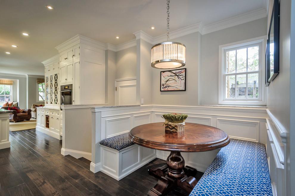 厨房咖啡色餐桌美式风格装修效果图
