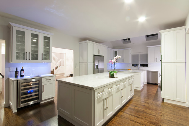 Exceptionnel Trendy Eat In Kitchen Photo In New York With An Undermount Sink, Shaker  Cabinets
