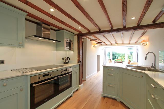 In Frame Shaker Kitchen In Teresa S Green Klassisch Modern Kuche Hampshire Von Bp Kitchens Interiors Houzz