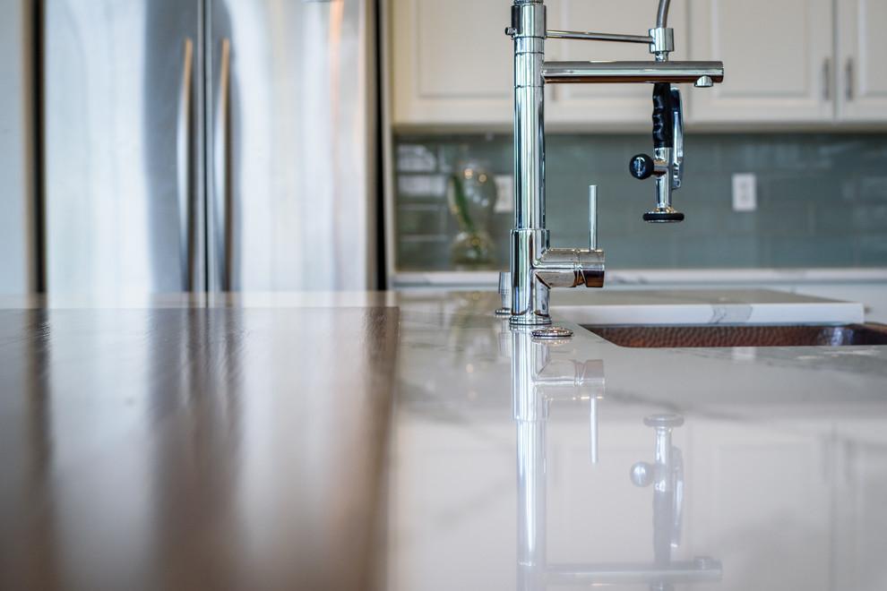 Diseño de cocinas en L urbana, grande, abierta, con fregadero sobremueble, salpicadero azul, salpicadero de azulejos de vidrio, electrodomésticos de acero inoxidable, suelo de baldosas de porcelana, una isla y encimera de cuarzo compacto