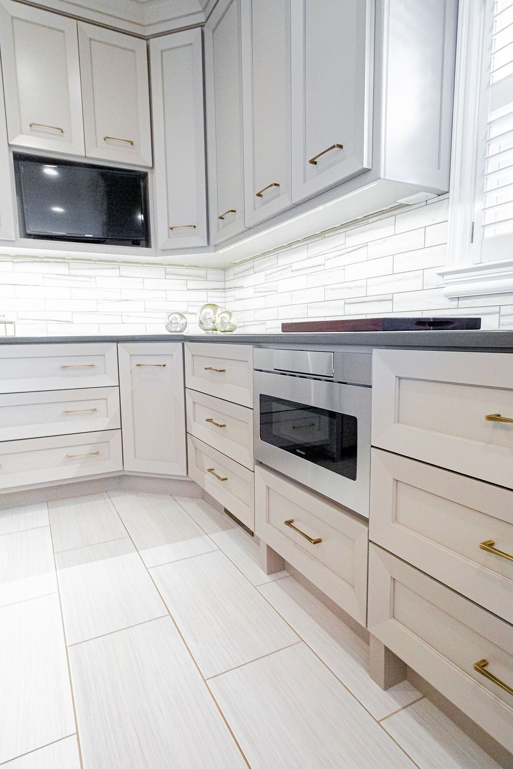 Integrated under cabinet lighting - microwave drawer - built in TV