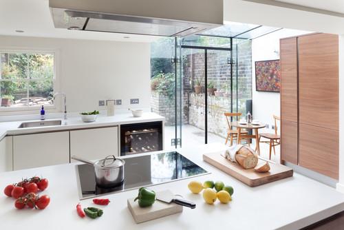 勝手口にガラスの壁を使って、明るさと開放感を。キッチンにいるのが楽しくなるかもしれませんね。