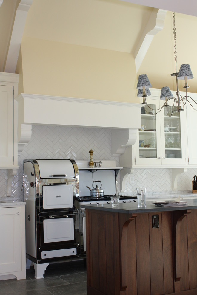 Example of a classic kitchen design in San Francisco with shaker cabinets