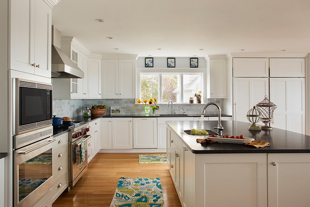 Kennebunkport maine white painted shaker style kitchen for Painted shaker style kitchen cabinets