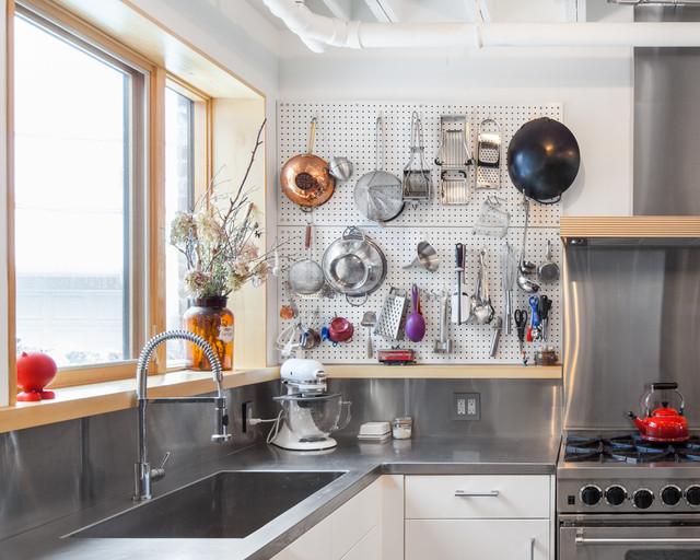 Удачное сочетание для дизайна помещения: угловая кухня в стиле лофт с обеденным столом, столешницей из нержавеющей стали и фартуком цвета металлик без острова - самое интересное для вас
