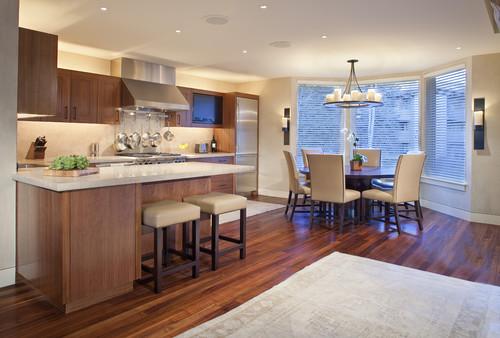 cocina y comedor con muebles y piso de madera