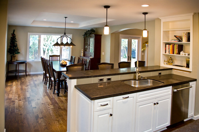 example of a classic kitchen design in san francisco - Kitchen Dining