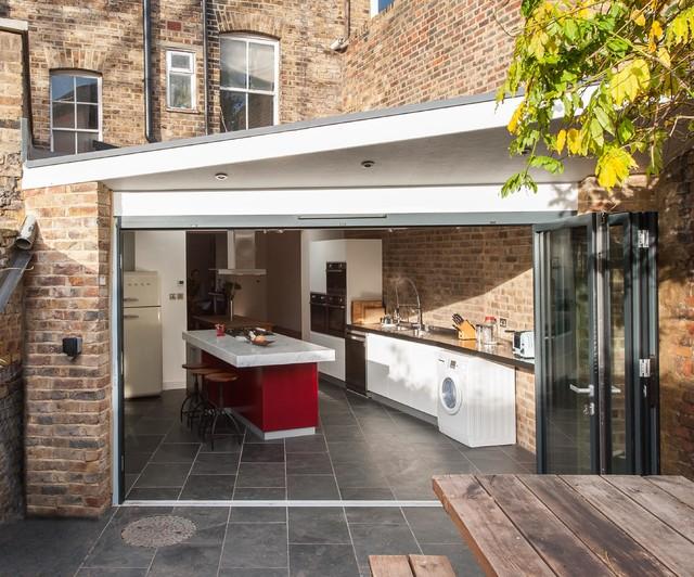Idéer för små, avskilda funkis kök, med släta luckor, vita skåp, skiffergolv, en köksö och grått golv