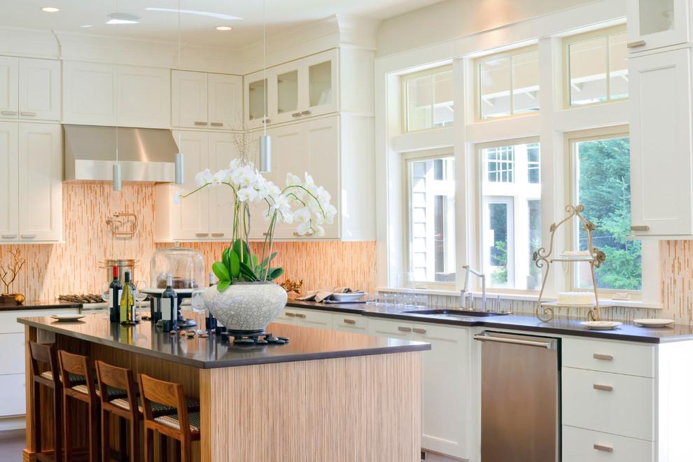 Idéer för ett mellanstort klassiskt kök, med en undermonterad diskho, skåp i shakerstil, vita skåp, flerfärgad stänkskydd, rostfria vitvaror, en köksö, bänkskiva i kvarts och stänkskydd i glaskakel
