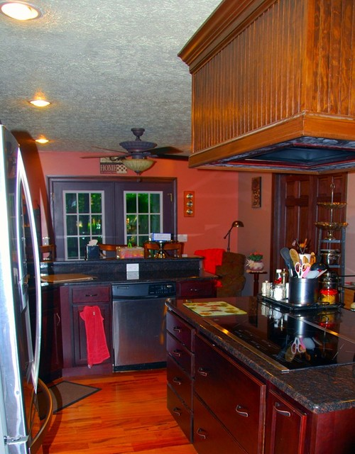 Http Www Houzz Com Photos 5705612 Kitchen Island Ideas With Cooktop And Range Hood Traditional Kitchen Cleveland
