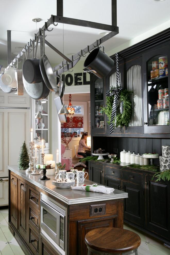 Inspiration för avskilda klassiska l-kök, med skåp i slitet trä, målat trägolv, en köksö, svart stänkskydd och rostfria vitvaror