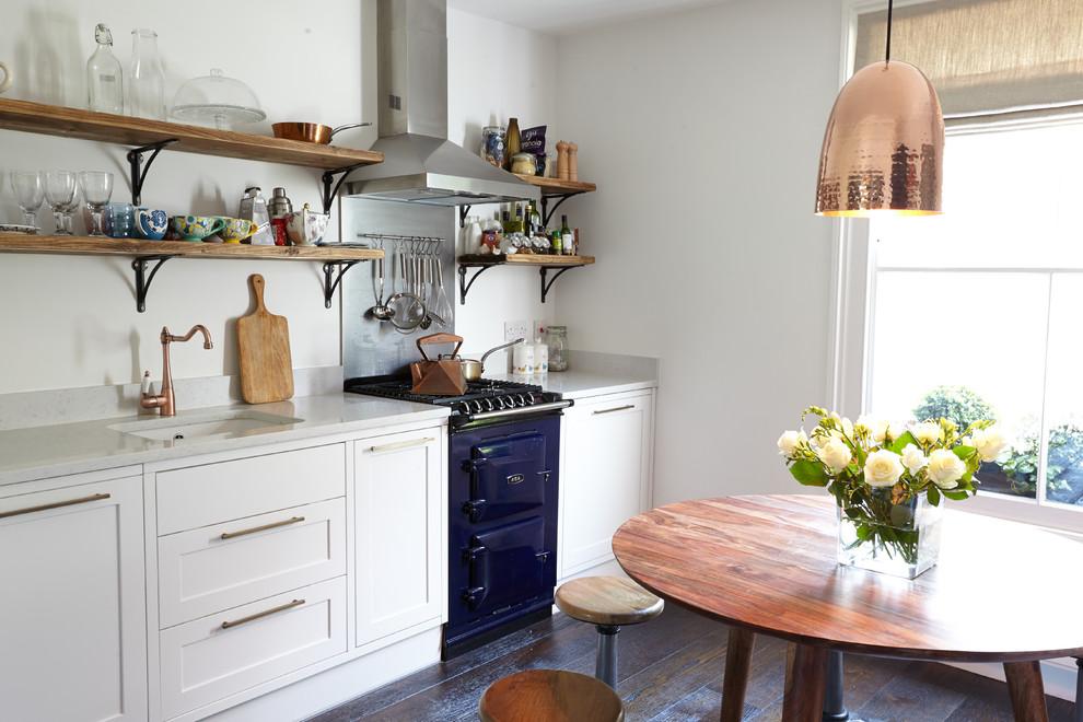Esempio di una cucina lineare country con lavello sottopiano, ante in stile shaker, ante bianche, paraspruzzi bianco e elettrodomestici colorati
