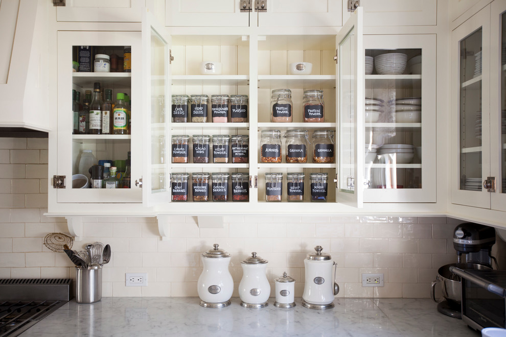 Example of a classic kitchen design in San Diego