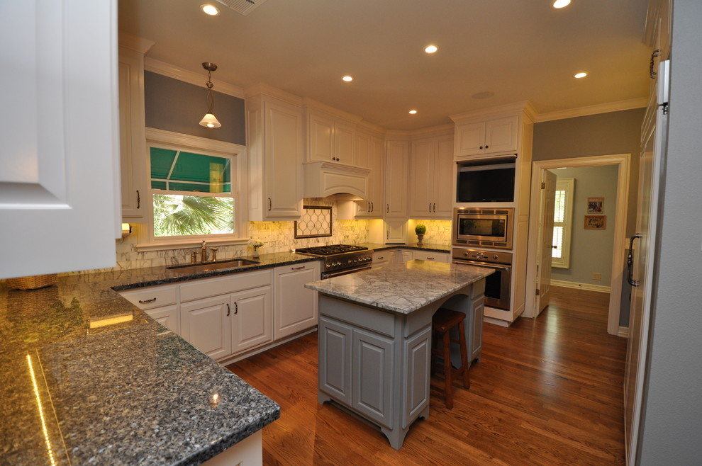 Kitchen - traditional kitchen idea in Austin