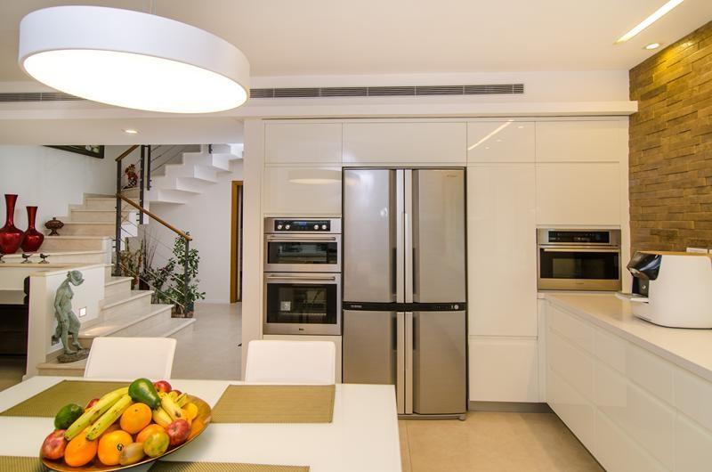 Kitchen - modern kitchen idea in San Diego