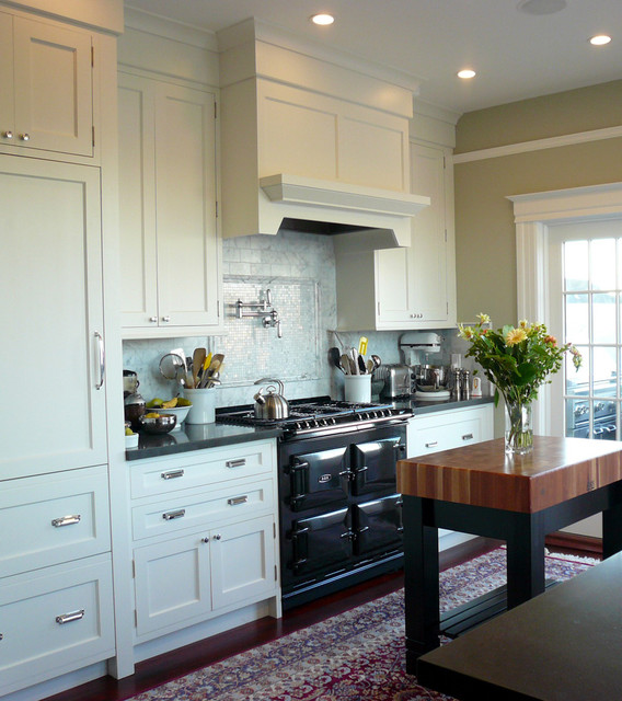Cute Traditional Kitchen by MP DESIGN