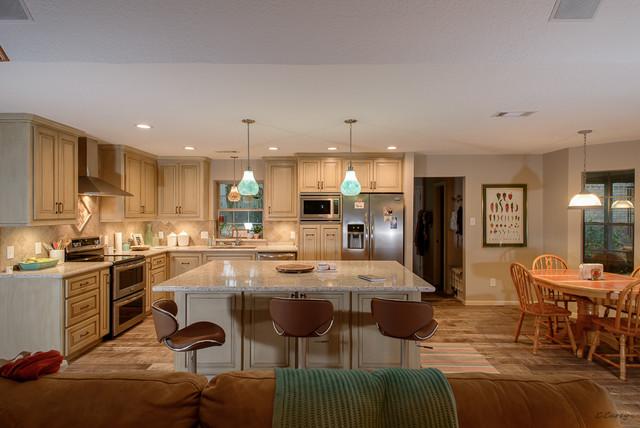 Mittelgroße Wohnküche in L-Form mit Unterbauwaschbecken, profilierten Schrankfronten, Schränken im Used-Look, Quarzwerkstein-Arbeitsplatte, Küchenrückwand in Beige, Rückwand aus Steinfliesen, Küchengeräten aus Edelstahl, Porzellan-Bodenfliesen und Kücheninsel in Houston