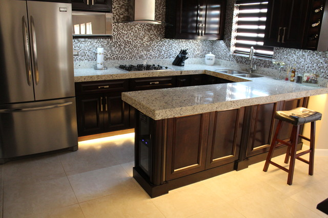 Example Of A Mid Sized Trendy U Shaped Eat In Kitchen Design