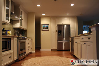 Kitchen using Shaker II Maple Antique White Cabinets ...