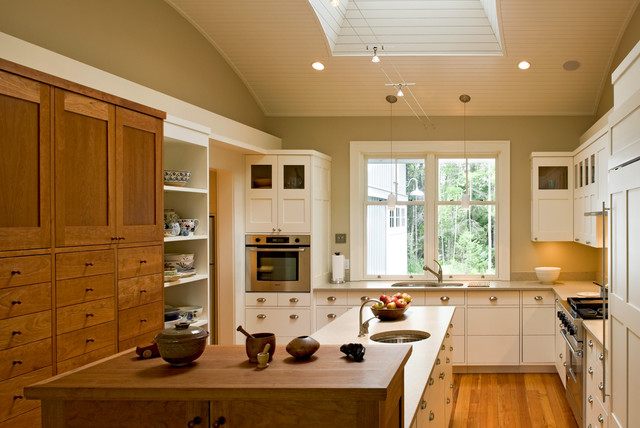 Inspiration for a cottage u-shaped eat-in kitchen remodel in Portland Maine with stainless steel appliances, an undermount sink, shaker cabinets, white cabinets and quartz countertops