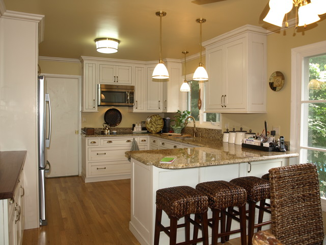 Kitchen With Peninsula Traditional