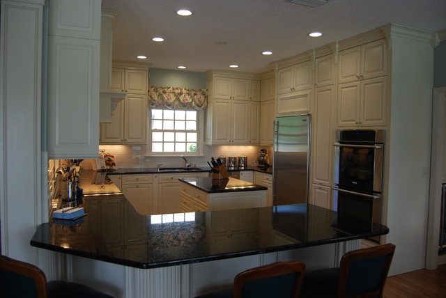 Example of a classic kitchen design in Tampa