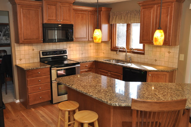 Kitchen - traditional kitchen idea in Cincinnati