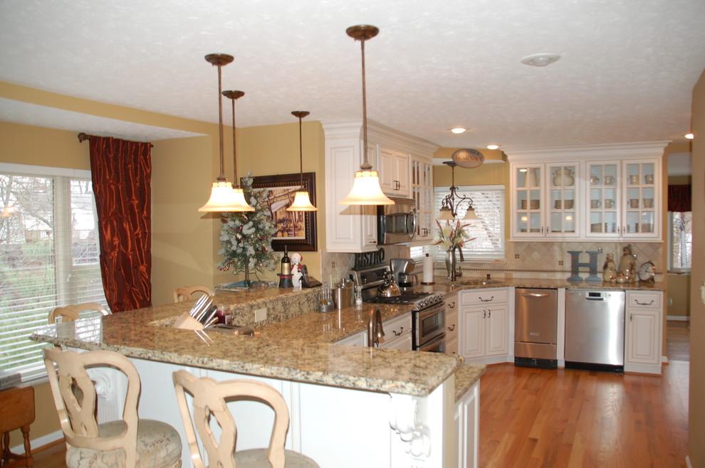 Kitchen - traditional kitchen idea in Cincinnati