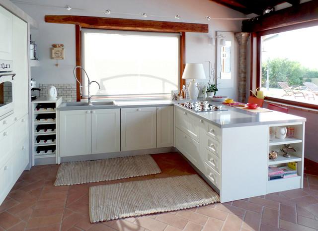 La cucina moderna nella casa di campagna in campagna - Mobili per case di campagna ...
