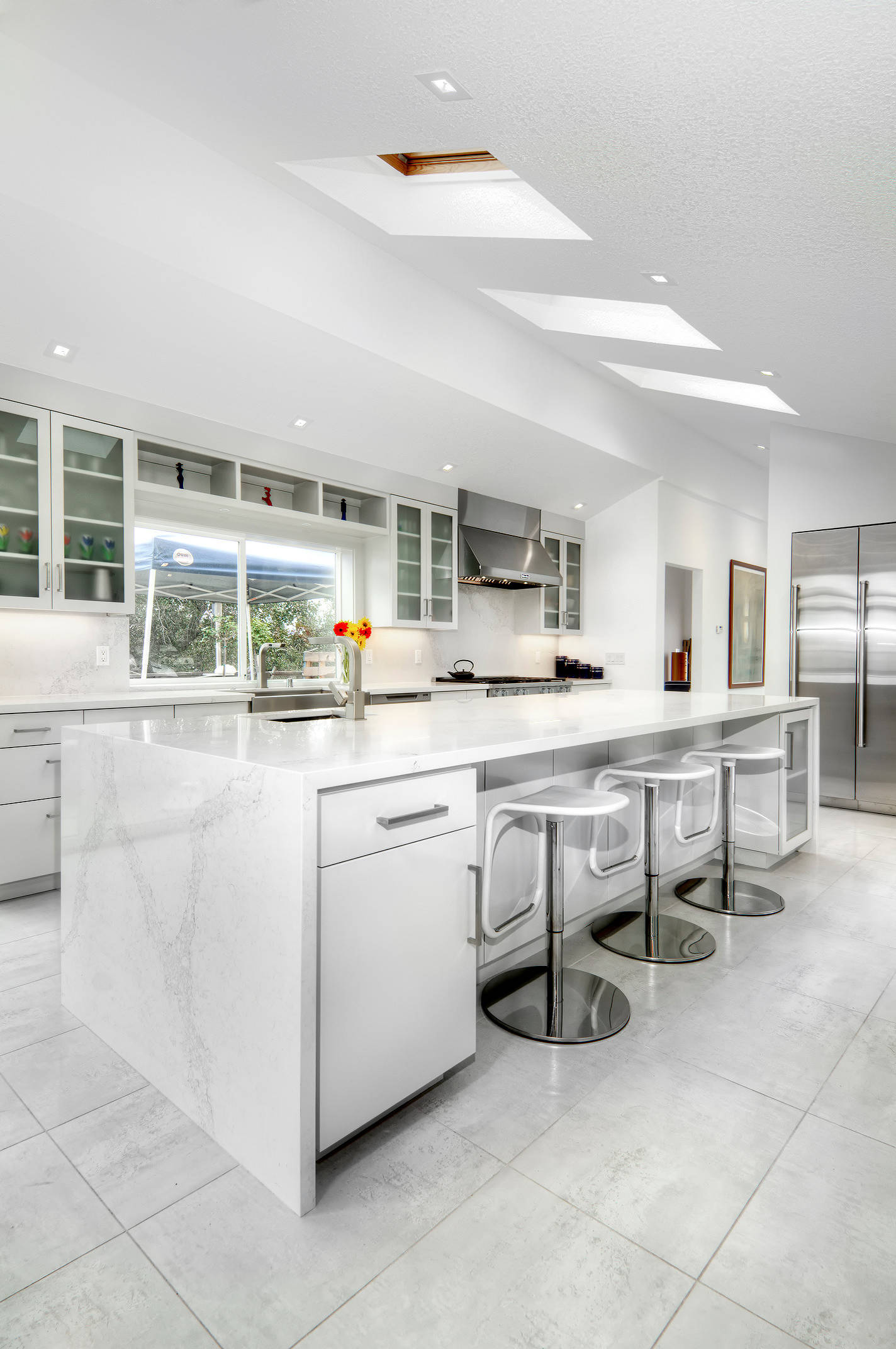 75 Beautiful White Floor Kitchen Pictures & Ideas - January, 2021 | Houzz