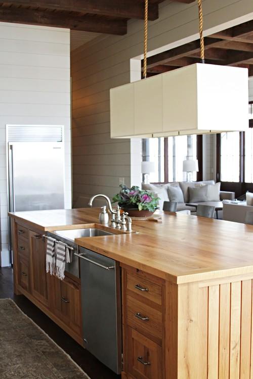 деревянная столешница кухни в доме балки мойка в острове