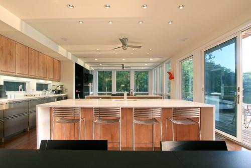 cocina con luces empotradas y ventanales que dan al jardin