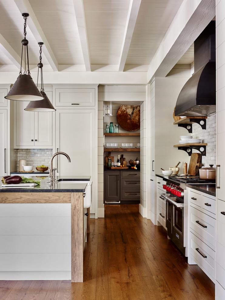 Example of a mountain style kitchen design